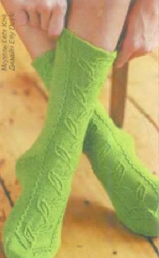 Носки с узором Лист спицами