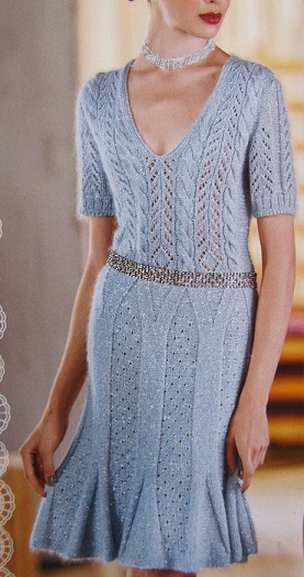 Голубое платье спицами