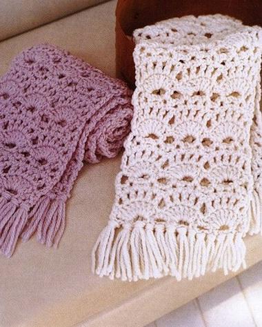 Ажурный шарф связан крючком из