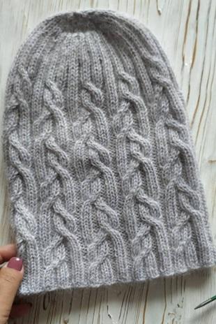 Мохеровая шапка спицами